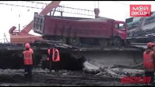 С рухнувшего моста в Свободном убирают грузовик