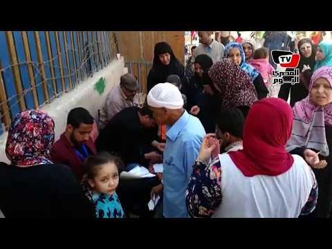 متطوعون يساعدون الناخبين في معرفة لجانهم الانتخابية بحلوان
