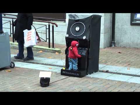 Cậu bé quẩy DJ cực bốc để kiếm tiền mua sữa