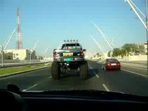 سيارة بيجو مركبة على عجلات اكبر منها
