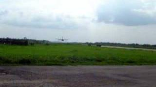 preview picture of video 'BAF herk CH07 low pass Kisangani simisimi airport'