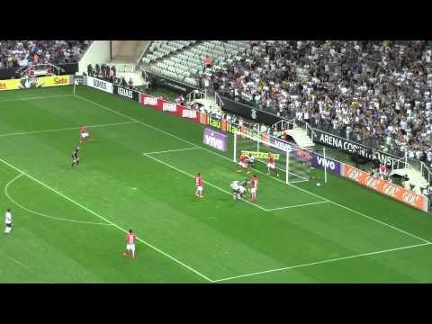 Danilo quase faz o terceiro, mas goleiro salva o Internacional