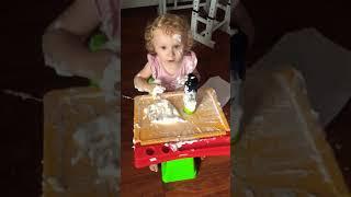 Приколы с детьми. Пока мама на кухне ребёнок нашёл себе занятие!!!