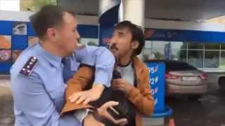 В Астане задержан активист Болатбек Блялов / Белсенді Біләловті полиция ұстамақ болған сәт