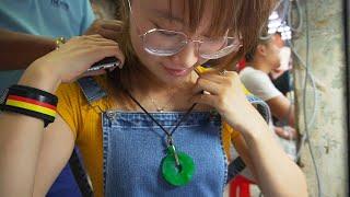 姑娘翡翠源头淘美玉,大矿主为其戴上满绿平安扣,听到价格连忙摘下!