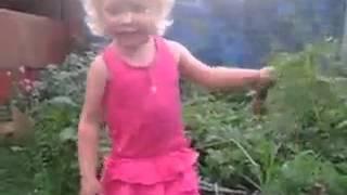 Смотреть онлайн Упав на грядке, маленькая девочка матерится