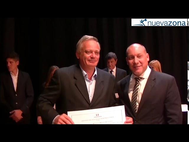 Carlos Weiss recibe su diploma