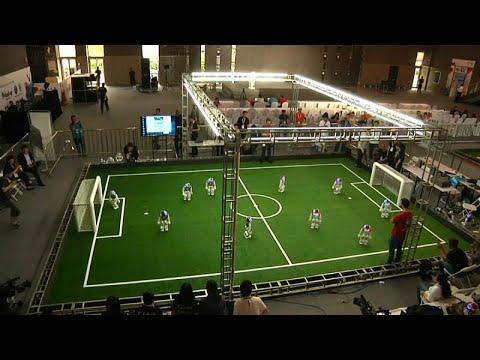 Τα ρομπότ παίζουν ποδόσφαιρο