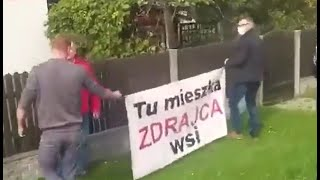 """Baner z napisem """"Tu mieszka zdrajca wsi"""" u posła PiS."""