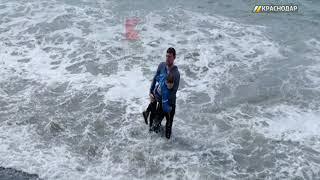 Мужчина вытащил из воды ребенка, которого неожиданно снесло волной в море