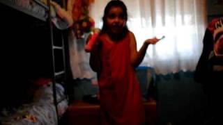 Sara cantando Buenas Noticias de Chenoa