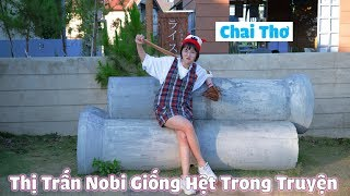 Hello các em! Hôm nay chị sẽ dẫn các em đến một nơi rất đặc biệt. Đó là thị trấn Nobi. Đây là một nơi được thiết kế với những khung cảnh giống hệt trong truyện Doraemon. Gồm có sân bóng chày, nhà Nobita, nhà Chaien, cánh cửa thần kì, và rất nhiều không gian mang đậm phong cách manga Nhật Bản. Nơi đây cho chị cảm giác rất quen thuộc và như được sống lại tuổi thơ vậy. Các em hãy cùng chị khám phá thị trấn đặc biệt này nhé. Chúc các em xem video vui vẻ!
