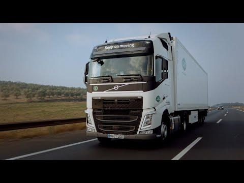 Cada camión está equipado con dos tanques, con una capacidad total de 1300 litros, lo que les permite recorrer 4500 km sin detenerse para repostar.