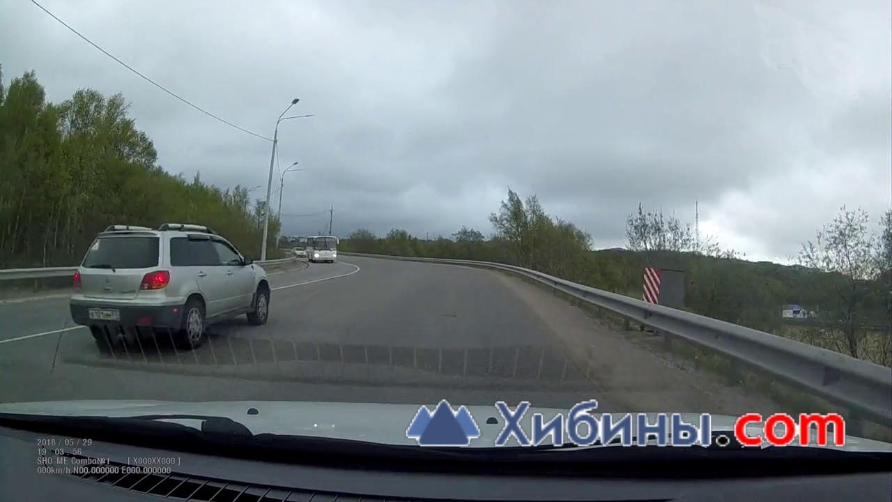 Лобовое на пустой дороге с автобусом в Мурманске