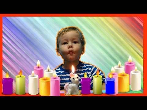 Ребенок смешно задувает свечу. Funny baby blows out the candle.