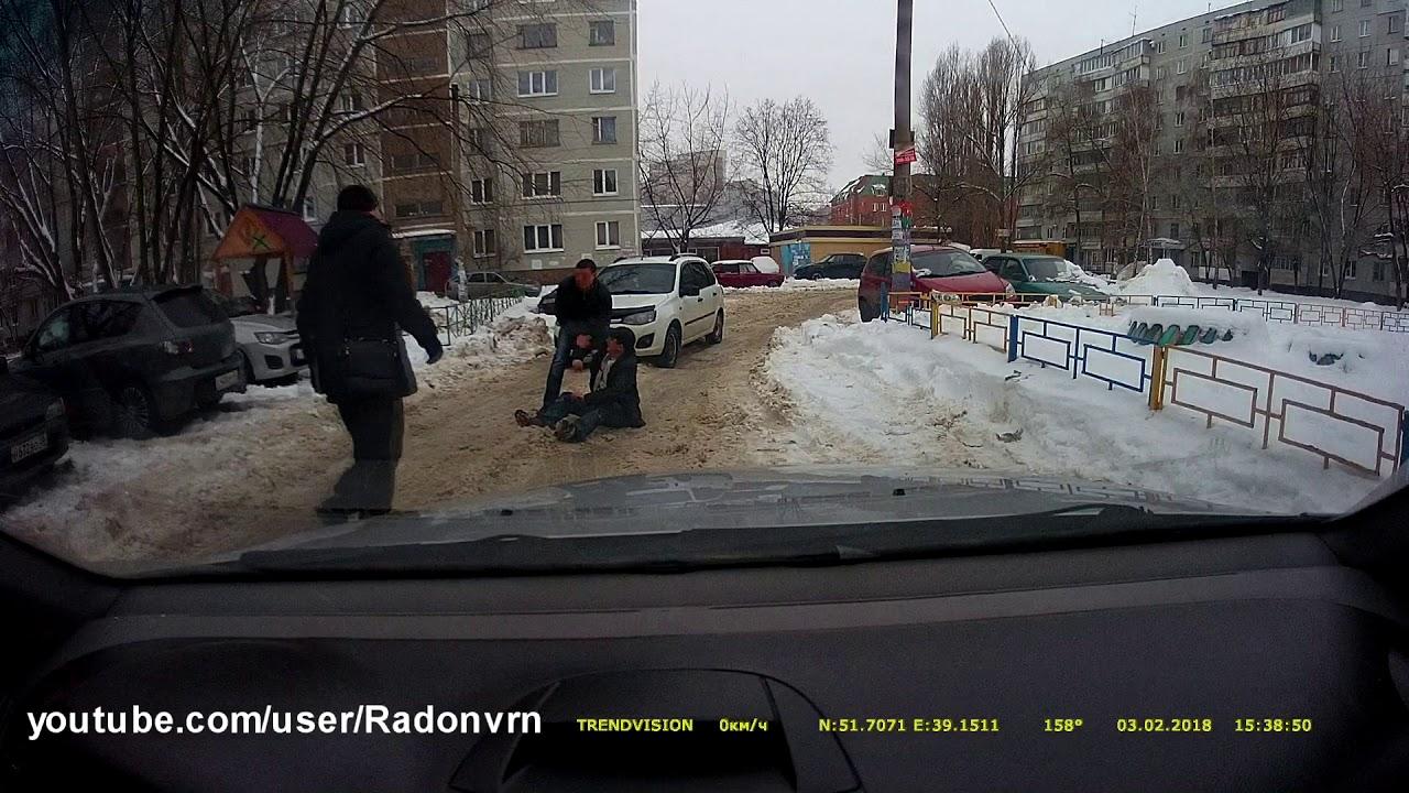 Сильно пьяный мужчина не может встать с дороги в Воронеже