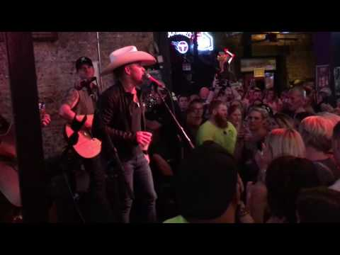 "Tailgate Watch: Justin Moore's ""Kinda Don't Care"" Bar Crawl In Nashville, TN Mp3"