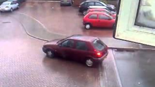 Vejam o que acontece com este carro em uma rua congelada