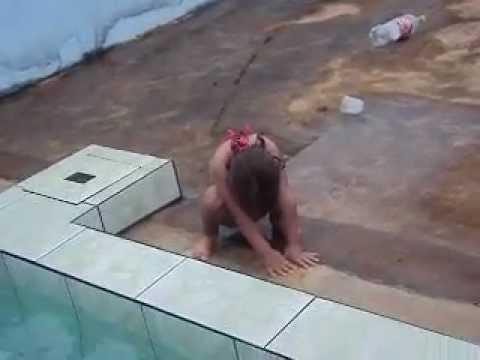 Dançando na piscina