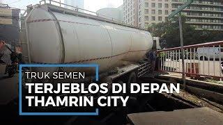 Truk Kontainer yang Terjeblos di Depan Thamrin City Membawa Semen Seberat 35.620 Kilogram