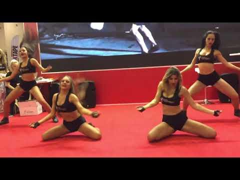 Группа поддержки Lucky Demons Cheerleaders на выставке Спортивного питания Victory Distribution