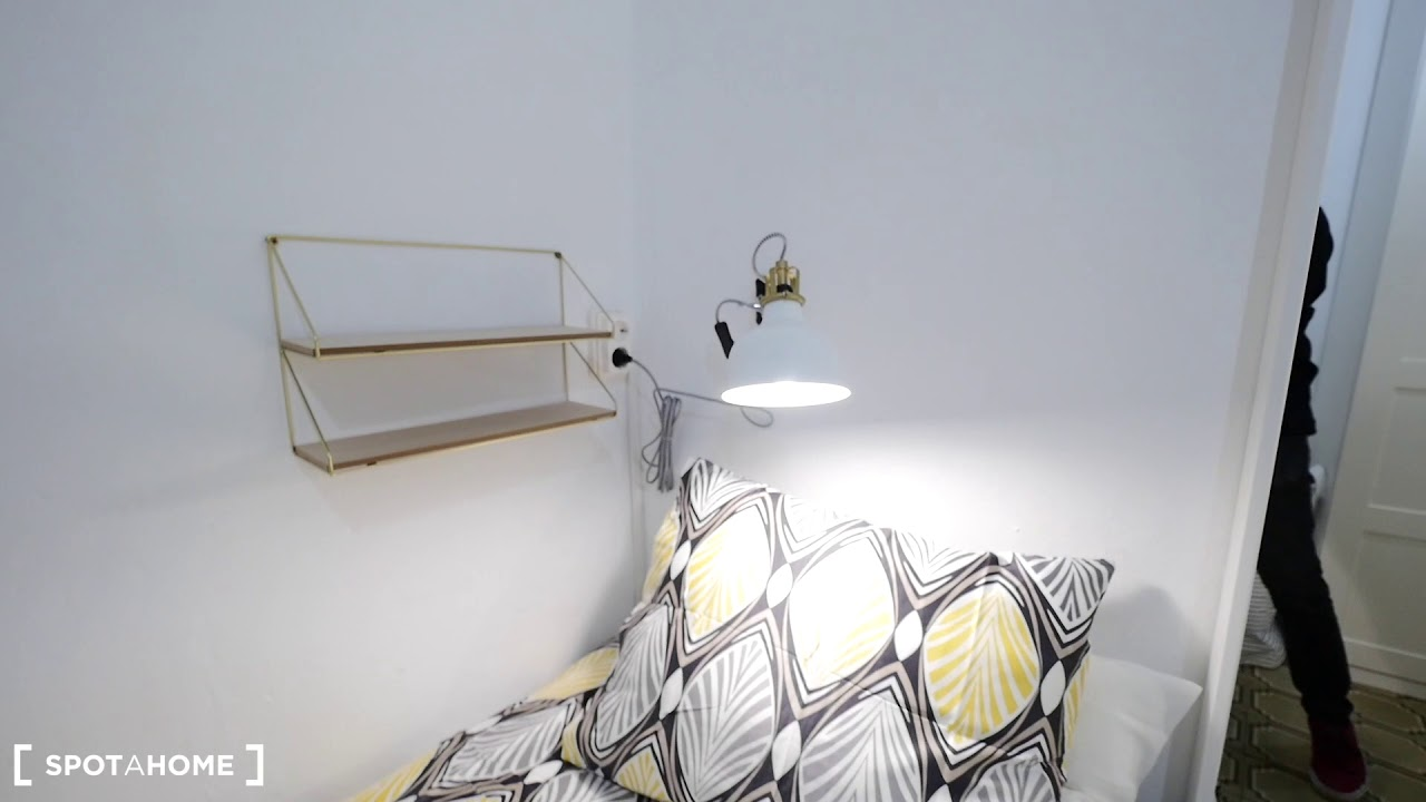Room for rent with shelving in 6-bedroom apartment, Barri Gòtic