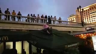 Неопознанный объект упал на летнию веранду Макдональдс в центре Москвы.