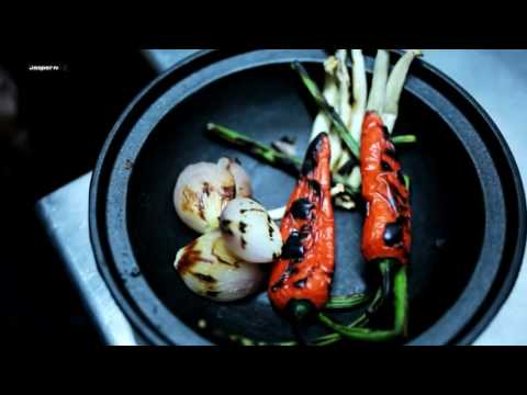 Video Beef tendon soup Charcoal oven - Engels