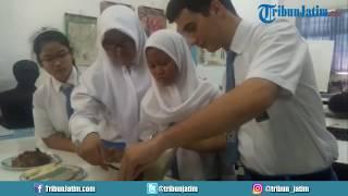 Pelajar Asal Italia Buat Tempe di SMA Dr Soetomo Surabaya, Suka Rasanya