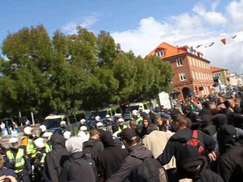 Granat kastades in i folkmassa 16 skadade