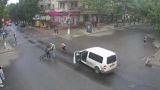 Наезд на велосипедиста в центре Николаева: появилось видео с камеры уличного наблюдения