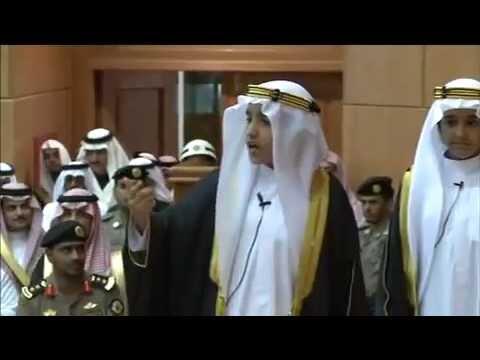 طفل يمازح الأمير خالد الفيصل . ما شاء الله واثق من نفسه