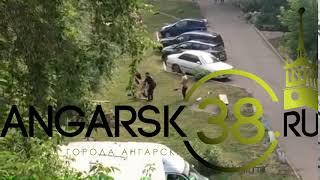 Ангарск. 10 микрорайон. Пьяная женщина разделась. Работает полиция. 13.07.2018