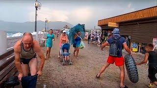 Отдыхающие массово бегут с пляжей Крыма