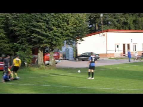 Andrzej Jaroń strzela bramkę na 2:1 w meczu MKS Jeziorany - Stomil II Olsztyn