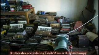 preview picture of video 'Atelier artisanal de fabrication des accordéons Tsiok'Aina'