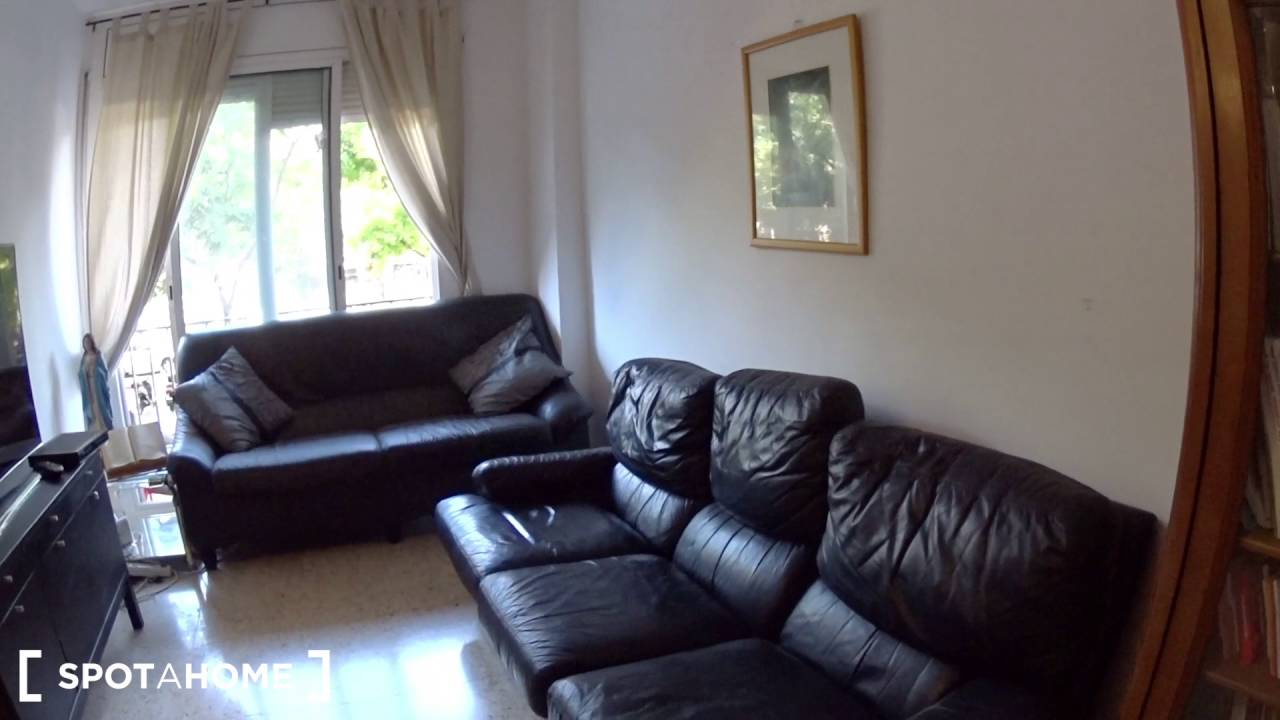 Great room with independent key in 4-bedroom apartment, Poblenou