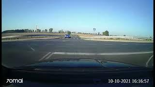 Wideo1: Motorowerzysta uderzył w auto, które nie zatrzymało się na STOPie