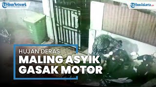 Terekam CCTV, Seorang Pria Memanfaatkan Hujan Deras untuk Mencuri Motor di Cempaka Putih