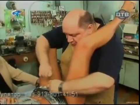 Camera cachée le serurrier doit retirer une ceinture de chasteté ;-)