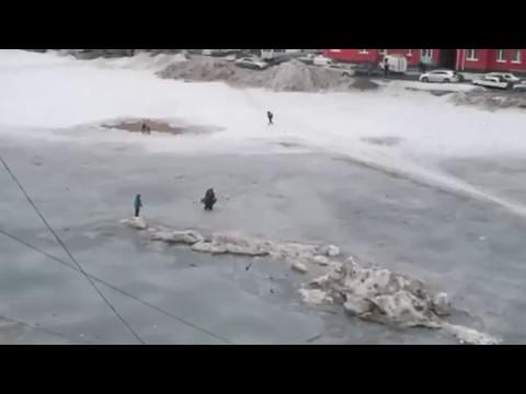 В Ноябрьске дети застряли на льдине в луже посреди двора