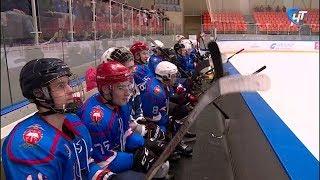 Две петербургские хоккейные команды провели в новгородском ледовом дворце товарищеский матч