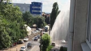 Из-за прорванной трубы на Набережной Мойки поднялся 10-метровый фонтан