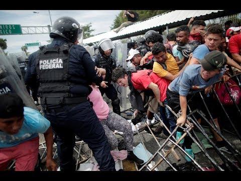 Karavana migrantů z Hondurasu se dostala přes hranici s Mexikem a míří do USA