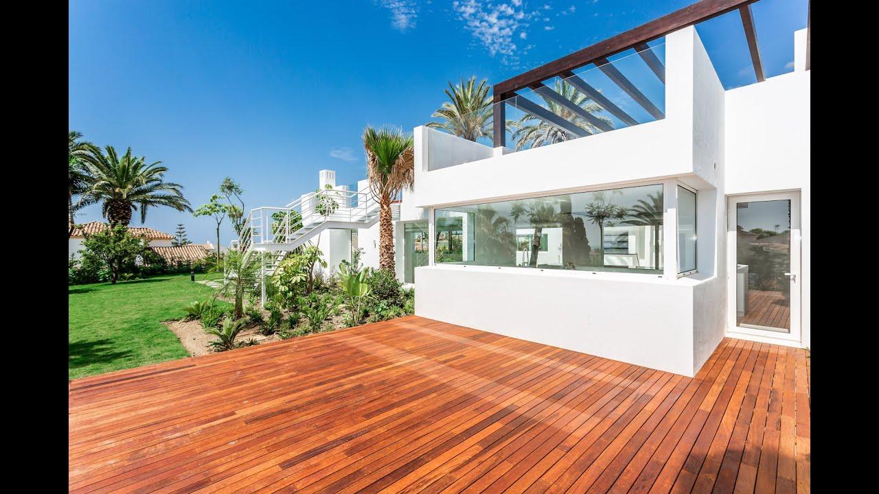 Villa de última generación junto a la playa con 2 grandes terrazas en la azotea en venta en El Rosario, Marbella Este