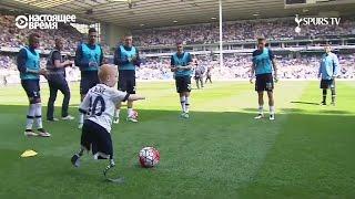 Мальчик без ног играет в футбол с профессионалами из