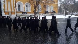 Кремлёвские солдаты президентского полка  выходят из казармы в увольнение
