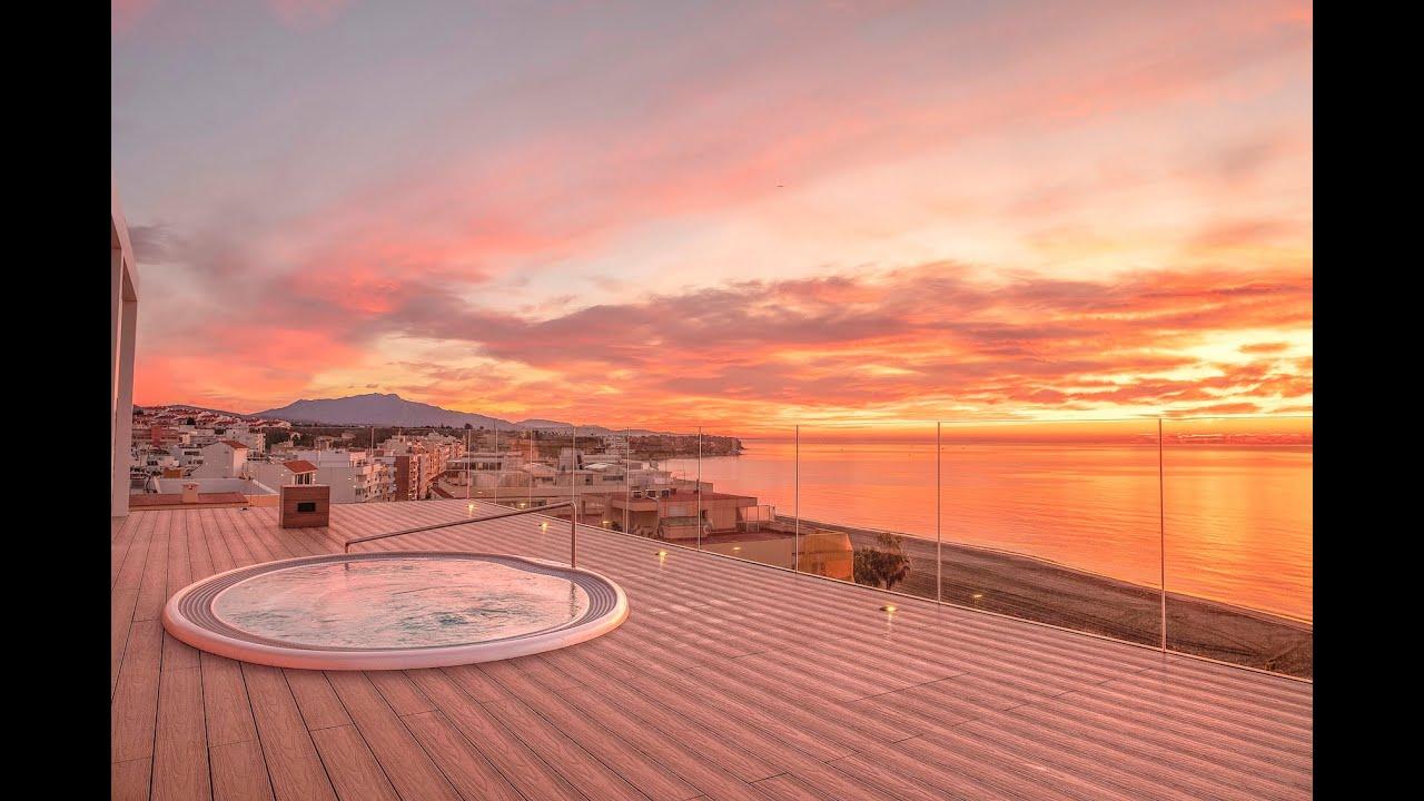 Atico frente al mar con solarium, jacuzzi y vistas al mar en venta en Santa Ana, centro de Estepona