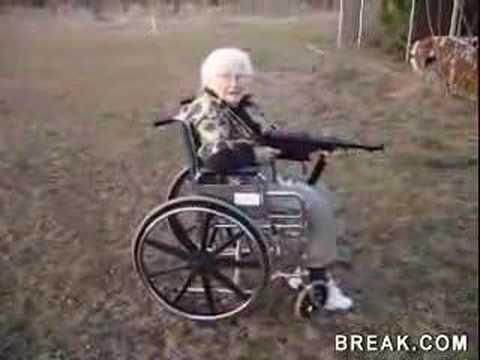 anciana disparando con una MP40