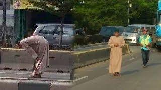 Viral Seorang Pria Shalat di Tengah Jalan, Terkuak Identitasnya